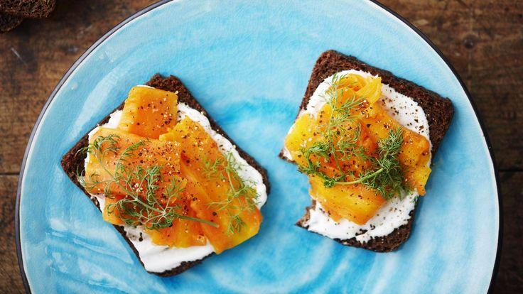"""Porkkanasta tehty """"kylmäsavulohi"""" toimii mainiosti esimerkiksi saaristolaisleivän kanssa."""