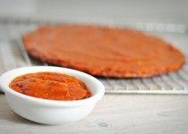 Gezonde pizzasaus maken van tomaten uit blik
