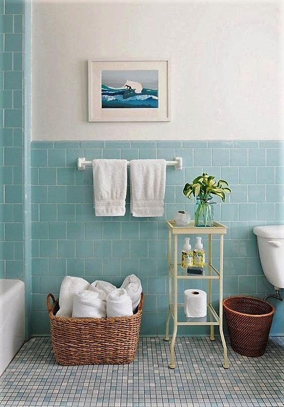 Home Staging, dobla y ordena las toallas del baño para hacer las fotos del apartamento de alquiler