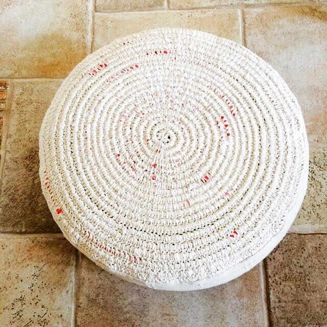Wonderful pouf out of recycled cotton yarn, made by eldoku, Turkey. Found on zet.com.