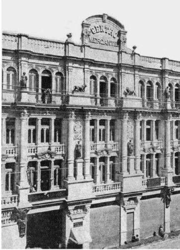 Detalle de la fachada del Centro Mercantil desde la calle de Tlapaleros, hoy 16 de Septiembre, construido entre 1895 y 1899 por el ingeniero Daniel Garza, y en su interior luce elementos Art Nouveau; el Centro Mercantil cerró en 1958. En 1968 abrió como hotel, con 120 habitaciones, y operado por la cadena Howard Johnson. En septiembre de 2005 se reinauguró como Gran Hotel Ciudad de México. Hoy en día a sufrido de pequeñas modificaciones, perdiendo el frontón en la parte alta del edificio…
