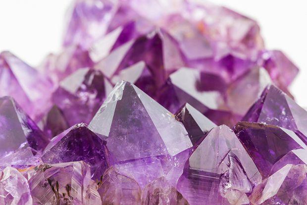 No esoterismo, o violeta é a cor dos chakras do cérebro, onde se concentram os sentimentos e a inteligência;
