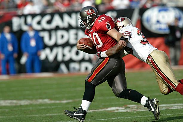 Tampa Bay Buccaneers Running Back Mike Alstott Drags San Francisco 49ers Defensive Back Tony Parrish For Extra Yardage Du In 2020 Buccaneers 49ers Tampa Bay Buccaneers