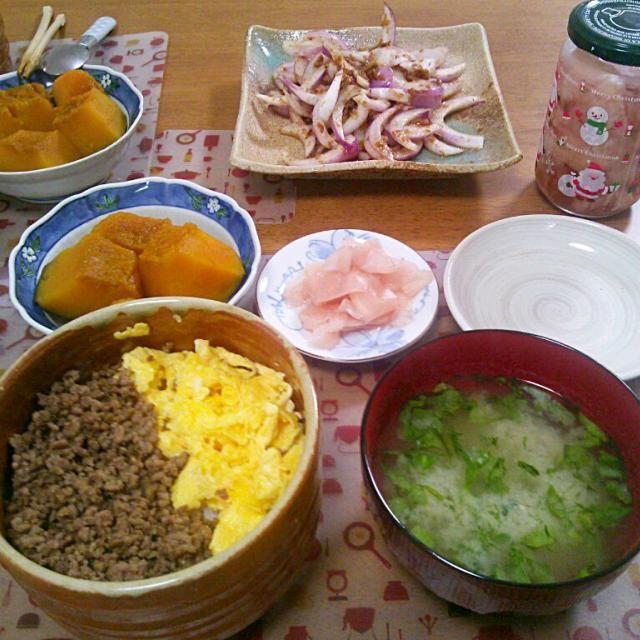 おばぁちゃんお手製の生姜と一緒に~(*´▽`*) 同じく頂いた玉ねぎもーいつもスライスするの忘れる…ポン酢とかつおで結構からみ消えるから不思議よね - 9件のもぐもぐ - 6月23日  そぼろどんぶり かぼちゃの煮物 玉ねぎサラダ 大根と海苔のお味噌汁 by sakuraimoko