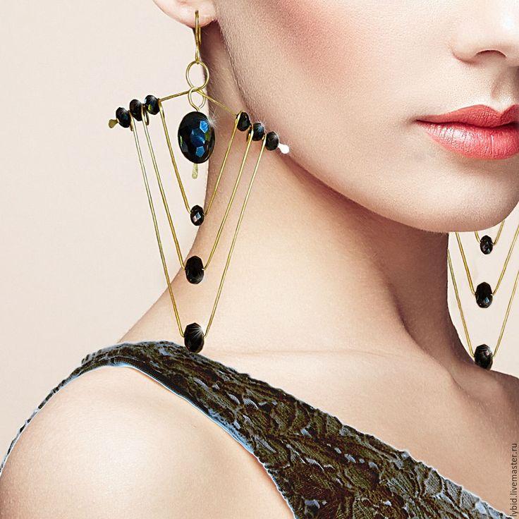 Купить Крупные, длинные, нарядные, #латунные_серьги с подвесами из #черное_стекло с #гальваническое_покрытие. #Бусины_блестящие. Выполнены серёжки в техниках #wire_wrap и #ковка, в #стиль_Арт_деко. Цвет металла под #античное_золото. Эти #чудные_серьги - незаменимое дополнение к созданию образа #элегантность, #женственность и #изысканность. #Ручная_работа