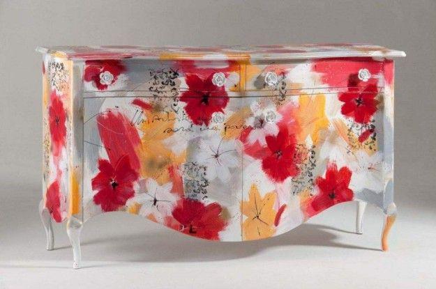 Credenza colorata con fiori - Disegni floreali per decorare una vecchia credenza.