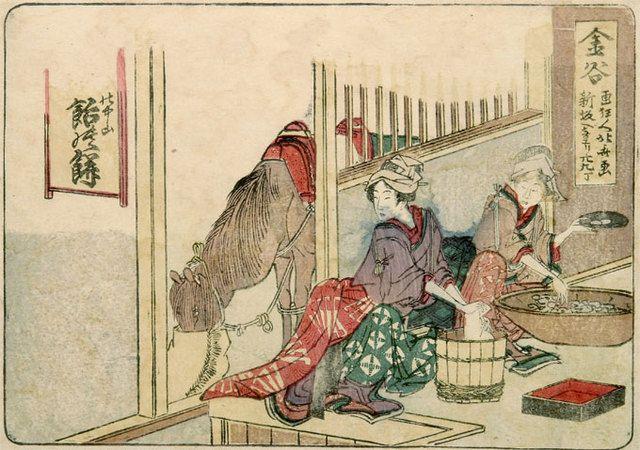 東海道五十三次 金谷 絵 師:葛飾北斎 刊行年:文化元年(1804) 当図ではこの宿の名物「飴の餅」を製する二名の女性を描く。軒先に懸けた、上方の文字を隠した看板がこの食物の由来を暗示する。すなわち「(小夜)の中山 飴の餅」(括弧内は推測)と判読され、「小夜の中山」は、旧東海道の日坂峠から金谷に通じる坂道。ここで妊婦が賊に殺され、彼女の信仰する観世音が霊僧と化して胎児を助け、付近の女性に託して飴により養育。そしてこの子が成人後、仇討を討する伝説。飴はやがて飴の餅となり、『改元紀行』にての名が見え、『膝栗毛』には「名におふあめのもちのめいぶつにて、しろきもちに水あめをくるみて」と製品の大体を示す。街道の名物で、『五街道細見独案内』東海道の部に「日坂嶺 さよの中山 名物 あめのもち 茶屋女すゝめるなり」と載る。初摺品の狂歌もこの名物をふまえて「軒ちかく梅か かなやのあめのもち 鶯はしをうこかす(「はし」は嘴と箸にかける)ナニ軒飛楽」と詠んでいる