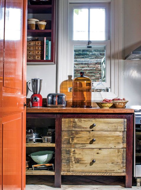 En la cocina de la casona del productor de muebles Pablo Ledesma está este mueble de patas lustradas que es a la vez cajonera, estantería y mesada de madera.