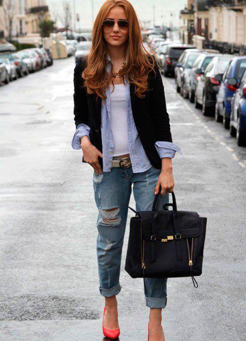 Носите бойфренды с многослофйным верхом яркими туфлями и большой сумкой