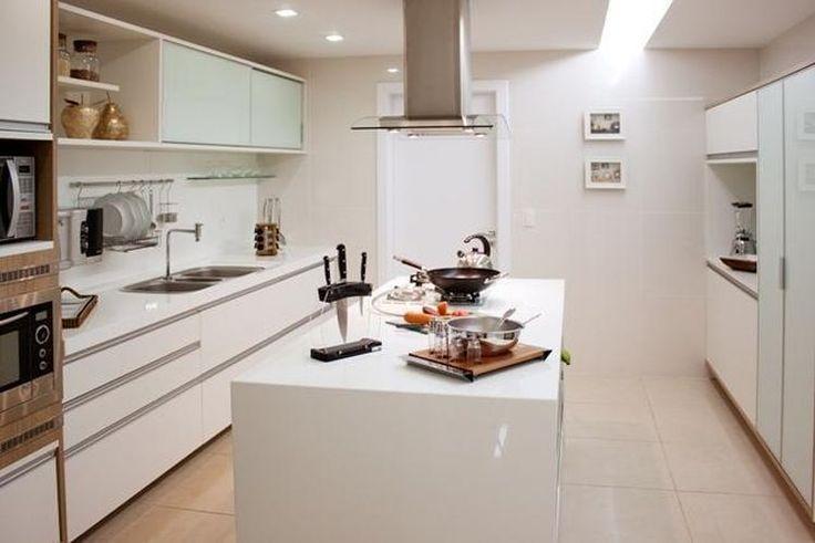 balcão de cozinha em ilha toda branca de larissa vinagre