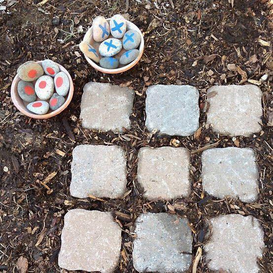 Het spel OXO, maar dan met echte steentjes. De leerlingen zijn buiten bezig en leren ondertussen dit alom bekende spelletje kennen.