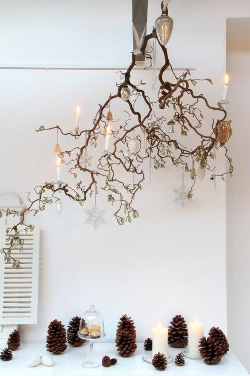 Idee per decorare la tavola natalizia - Decorazioni tavola di Natale in stile shabby chic con rami essicati e pigne decorative.
