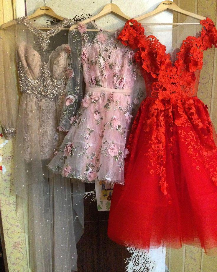 А какое платье больше всего нравится вам? 1, 2 или 3?  Чей-то гардеробчик пополнится красотой💃🏻💃🏻💃🏻 #artfashion #artwork #couturedress #couture #art #платья #пошив #платье #заказ #назаказ #дизайнер #русскийдизайнер #кутюр #кутюрье #вышивка #кружева #цветки #розовые #красные #принцесса #платьемечты #платьепринцессы #вечернееплатье