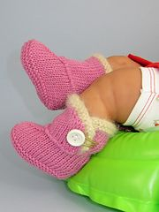Ravelry: FREE Baby Fur Trim One Button Booties Bootees pattern by Christine Grant - Adorable!