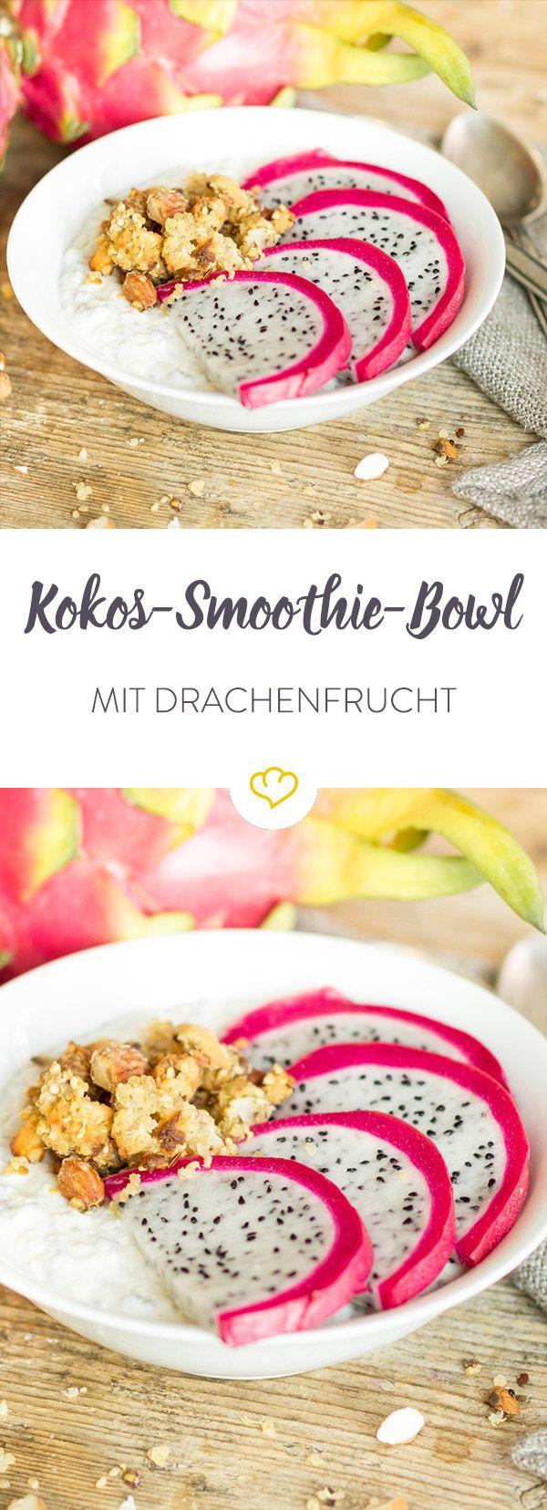 Diese Smoothie Bowl schmeckt nach Fernweh - nach cremiger Kokosnuss und exotischer Drachenfrucht. Besonders lecker: die knusprigen Quinoa Crispies.