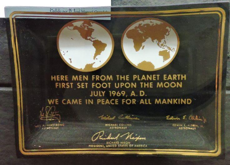 Museo Lunar - Cenicero simulando la placa que dejaron los astronautas del Apolo XI en nombre de la Humanidad.