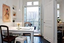 В этом доме элегантность и насыщенность собраны под одной крышей, интерьер выполнен в смелой цветовой палитре. Красочная мебель и тщательно подобранные мелкие детали выступают в роли акцентов.
