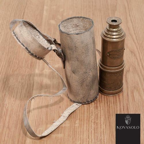Råtøff og eksklusiv Mayfair kikkert i messing med Victorian Marine inskripsjon. Det følger med en beholder i skinn med antikk preg.Mål:Lengde 16 cm / 50 cmØ 7 cmMateriale:Messing og skinnVarenummer:550237