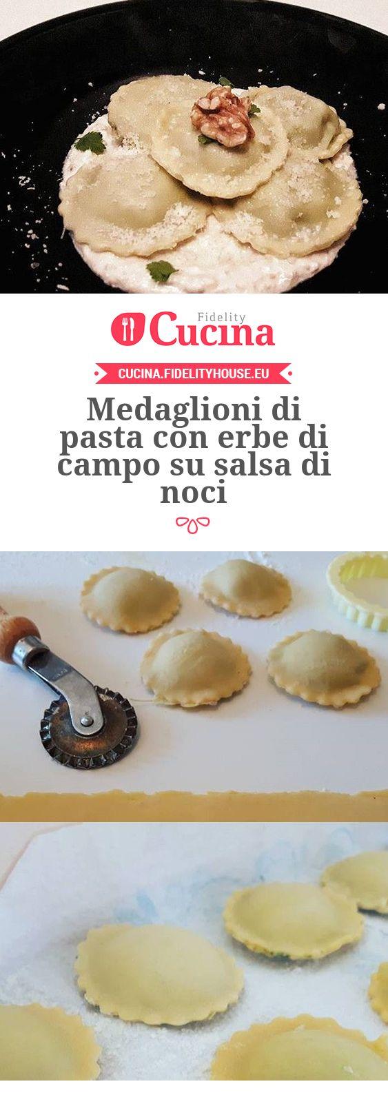 Medaglioni di pasta con erbe di campo su salsa di noci