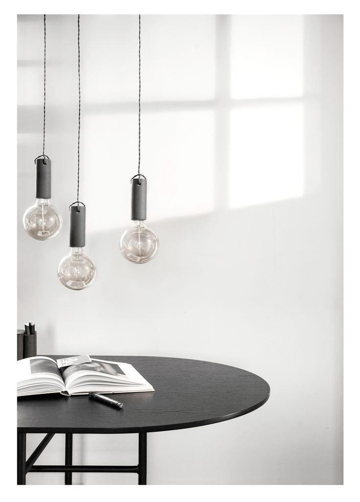 CERAMICZNA LAMPA WISZĄCA MARKI MENU Minimalistyczna lampa marki Menu została zaprojektowana przez studio wrk – shp mające swoją siedzibę w Los Angeles. Nowoczesne połączenie kabla i żarówki to modny akcent współczesnych wnętrz.