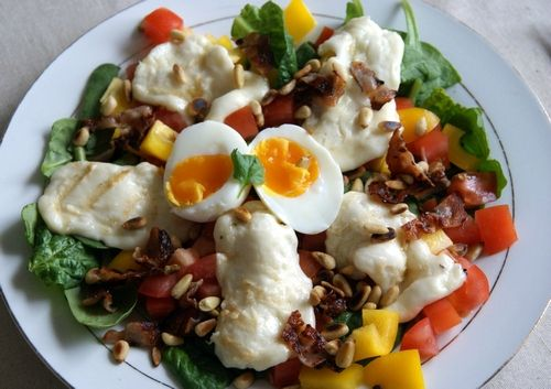 Delicious salad with halloumi cheese, eggs, bacon and nuts.  Deilig salat med halloumi ost, egg, bacon og nøtter.