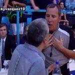 Liga Nacional de Basquet: un árbitro le pidió a la TV que le mostrara la repetición y evitar un fallo injusto