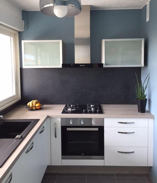une petite cuisine ultra d co gr ce des meubles hauts en. Black Bedroom Furniture Sets. Home Design Ideas