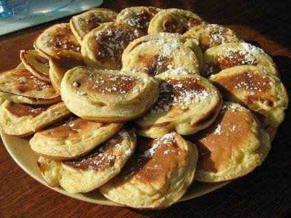 Petites crêpes à la banane Ingrédients / pour 6 personnes  250 g de farine 1/2 sachet de levure chimique 60 g de sucre en poudre un peu de cannelle en poudre 2 oeufs 250 ml de lait 2 bananes bien mûres  1 Mélanger la farine, le sucre, la levure. Battre les œufs, les ajouter. Ajouter ensuite le lait tiède, la crème puis les bananes écrasées, jusqu'à obtenir une pâte bien homogène. 2 Cuire les pancakes dans une poêle en faisant des petits tas, environ 1 à 2 min de chaque côté.