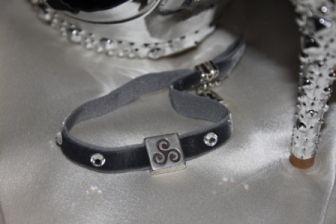 Pulsera terciopelo varios colores con cristales Swarovski y cuentas metálicas triskel