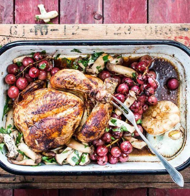Huhn vom Blech mit Weintrauben-Pilz-Beilage