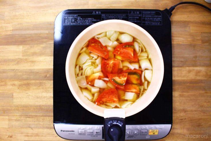 玉ねぎを入れたスープにトマトを追加