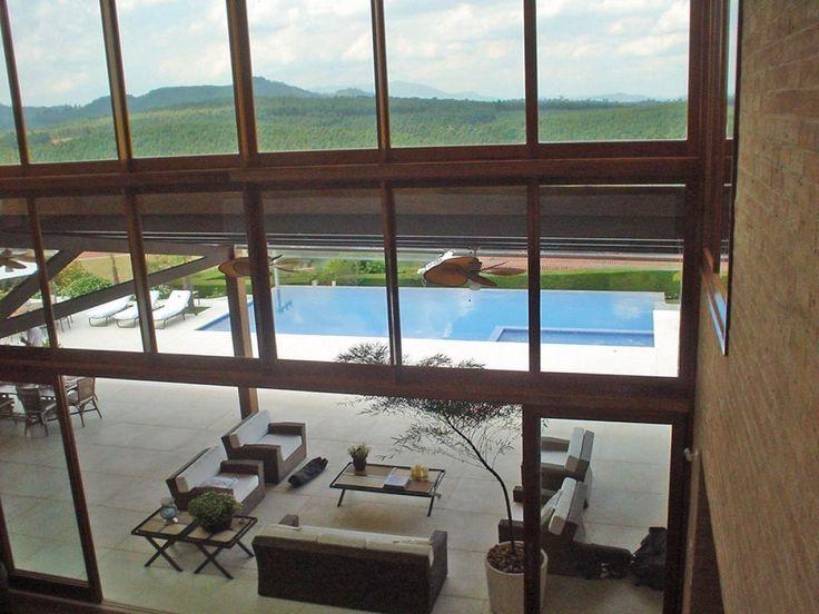 Vista da sala de estar com sofás e mesa de Centro