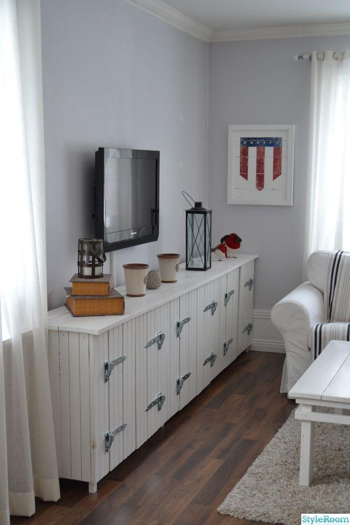 new england,hylla,lantligt,vardagsrum,tvbänk,soffa,soffbord