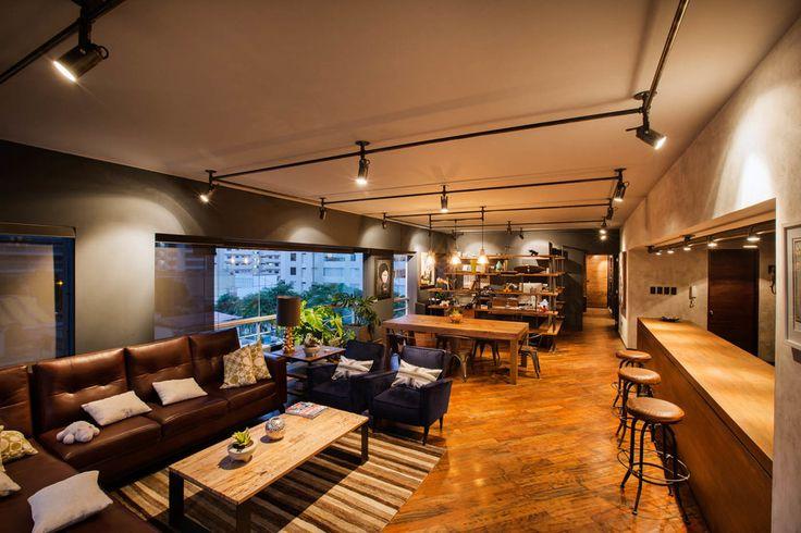 Creando armonía. Los sistemas de iluminación dirigibles de techo bañan cada detalle del espacio en luz cálida que intensifica los colores naturales de este departamento tipo loft.