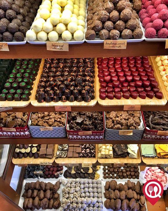 """El Yapımı Çikolatalar - Çikolata Dükkanı / İstanbul ( Moda )  Çalışma Saatleri 12:00-22:00  0 216 345 0526  100 gr / 850 TL  Alkolsüz Mekan  Paket Servis Yok  Sodexo Ticket Multinet Yok  Açık Alan Var   Otopark Yok DAHA FAZLASI İÇİN SNAPCHAT """"YEMEKNEREDEYNR"""" TAKİP ET... @cikolatadukkani"""