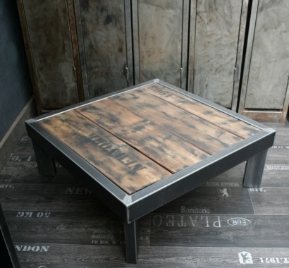 une table en acier brut verni et plateau bois. Une table palette originale dans votre salon :  http://www.loftboutik.com/table-palette-loft.htm