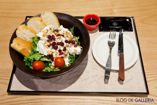 카페 마마스의 핫메뉴! 라코타 치즈 샐러드입니다. 빵에 라코다 치즈와 건포도를 듬뿍 올려서 우물우물 먹고 싶네요 +_+