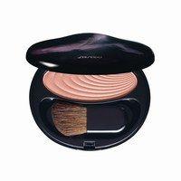 Accentuating Powder Blush, Shiseido  - Make-up-Trends Frühling/Sommer 2007 - Ein Puder-Blush, der mit seinen herrlichen Lichtreflexen Relief verleiht und die Wangen mit zarten Farbtönen gesund erstrahlen lässt. Die leichte Textur verschmilzt perfekt mit der Haut und lässt den Teint sanft aufleben...