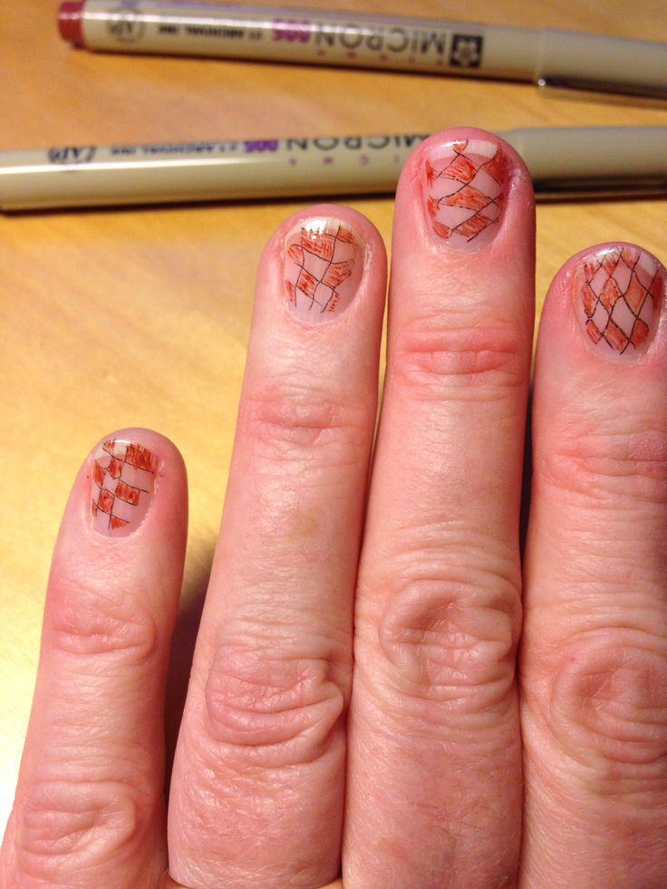 Alleen maar blanke nagellak en dunne viltstift.  En vooral niet te netjes, want om dit met je linkerhand op de rechter nagels te doen...