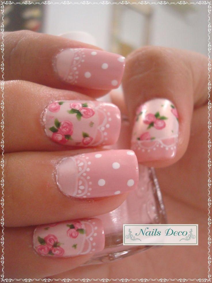 Uñas en tonos rosas pastel, decoradas con lunares blancos, cenefas blancas y diseños de flores rosas y hojas verdes - Uñas Pasión