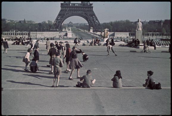 Guerre 1939-1945. Patins à roulettes au Trocadéro. Paris. Photographie d'André Zucca (1897-1973). Bibliothèque historique de la Ville de Paris.