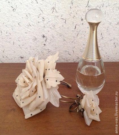 Браслет и кольцо `винтаж`. Розочки из крепдешина в горошек и шифона цвета шампанского - утонченное украшение для ваших ручек.  Комплект состоит из браслета и кольца, размер регулируется.  Могу дополнить брошью/заколкой из этих же тканей, цена 400р.