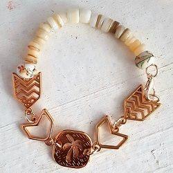 Toffe zomer armband. Deze schelpen armband is super gaaf als vakantie armband. Vakantie sieraden en rose sieraden vind je bij Ekster Jewels.