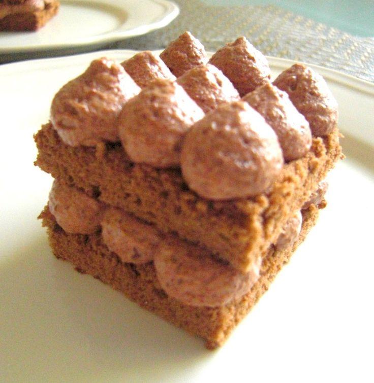 ココアスポンジ☆チョコクリームケーキ レシピをもっと分かりやすくする為に改定しました。手軽に出来るチョコレートケーキです。スポンジの名人になれます♪ Runeさん 材料 (30×30cm天板1枚分) ■ *ココアスポンジの材料と分量 薄力粉 大さじ3 コーンスターチ 大さじ2 全卵 4個 グラニュー糖 80g ココア 大さじ2 ■ *チョコレートクリーム スイートチョコレート 80g 生クリーム(乳脂肪分47%) 200cc ■ *スポンジに塗るシロップ 水 50c グラニュー糖 25g ラム酒またはブランディー 大さじ1 入れなくても良い 作り方 1 ■準備 オーブンを200度に設定。薄力粉とコーンスターチを振るっておく。湯銭の用意。天板にオーブンシートを敷く。 2 準備した材料が入ったボウルを5分間弱火の湯銭にかけながら泡立てます。 3 5分経ったら湯銭からはずす。 4 ホイッパーで1分間泡立てます。振るった薄力粉とコーンスターチを投入してゴムベラで切るようにつやがでるまで混ぜ合わせる。 6 シートを敷いた天板に先ほどの生地を流し込み平らにする。 7 平らに生地を広げる 8…