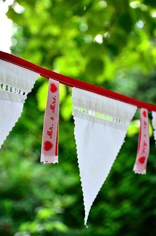 vlaggenlijn bruiloft, onwijs leuk met lint van Nominette!