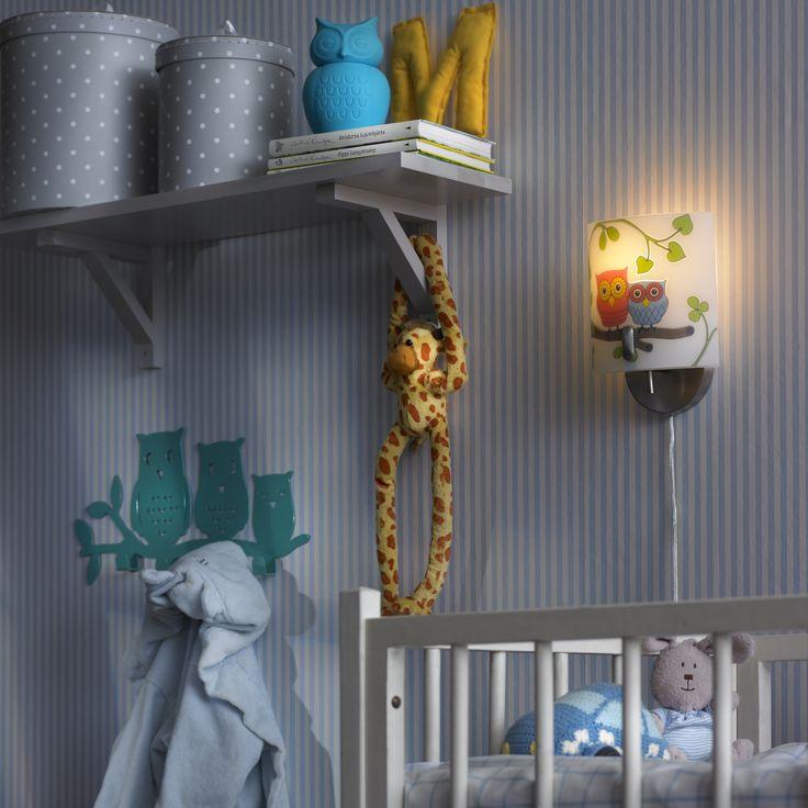 Markslöjd vägglampa Ugglarp. Vitt mönstrat glas med väggfäste i borstad stål. 2m sladd med strömbrytare på sladden. Liten lamphållare (E14). Max 40W glödlampa eller motsvarande styrka i halogen, lågenergi eller LED.   #vägglampor #wall #light #markslöjd # lampa #lamp #light #interior #interiör #inspiration #owl #uggla #kidsroom #barnrum
