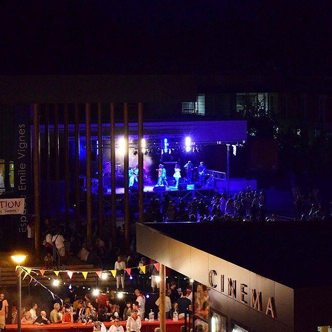 Superbe prestation du groupe Izar Adatz hier soir sur le Parvis de l'Espace Emile Vignes à #Castets.    Ne manquez pas la cérémonie de clôture des fêtes à 20h avec la tombée du mai par la classe des 20 ans suivie du repas animé par la @banda_lous_tiarrots et le feu d'artifice à 23h au Parc du Barrat. #landes #leslandes #destinationCLN #fireworks #photooftheday #instapic #southoffrance #sudouest #aquitaine #igerslandes #picoftheday
