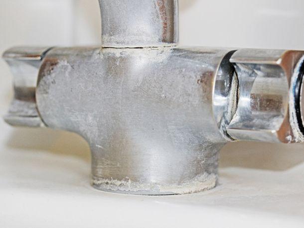 Kalkflecken im Bad sind äußerst lästig. Mit einem selbst gemachten Reiniger können Sie sie aber nicht nur schnell, sondern auch ganz natürlich entfernen.