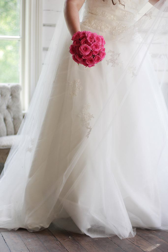 Diy wedding bouqet! Simple bouqet made with pink roses, reinforced with steelwire and floral tape. Tutorials on Youtube - round rose bouqet.
