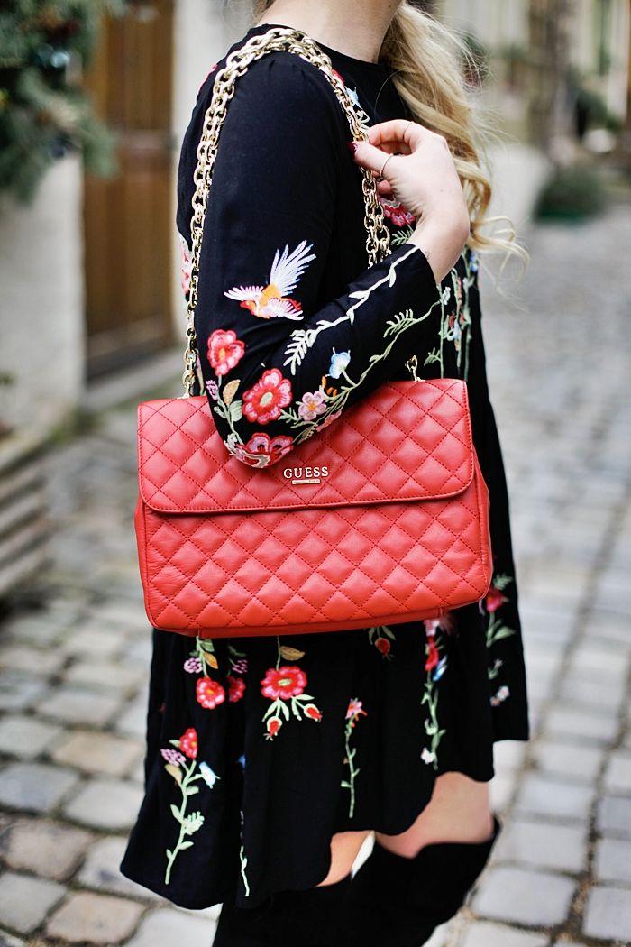 Besticktes BlumenKleid, rote GUESS Tasche & Overknees | Fashion Kitchen